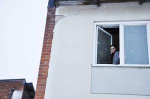 Jessica Suarez på Ringsvägen i Gällö har bott i sin lägenhet i nästan sex år och har bland annat varit utan varmvatten i tre månader under en period. I dag är hon mest bekymrad över att sprickorna i husets fasad gör att kall luft läcker rakt in i lägenheten som medför att golvet i hennes barns sovrum blir iskallt. Hon påtalat detta men får inget gehör från Bräcke kommun.