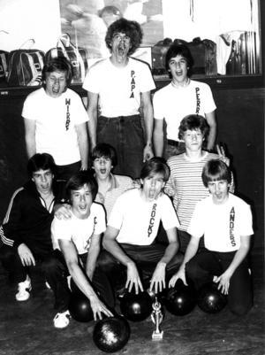 1981. Team Västerås segrande och glada gäng. Stående från vänster coachen Per Wirström, Tomas Johansson och Per Johansson. Mittenraden från vänster: Tomas Nilsson, Kent Nilsson och Pontus Gunnarsson. Längst fram från vänster: Ulric Clemens, Richard Göransson och Anders Flodström.