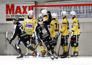 SAIK hade inga problem att slå ut Broberg i kvartsfinalserien. 3–0 i matcher – och nu väntar antigen Hammarby eller Vänersborg i semifinalen. Här jublar Linus Forslund efter Daniel Mossbergs hörnmål.