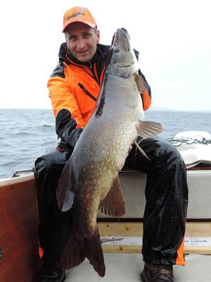 En veteran i DD-fisket är Christer Stolt från Siljansnäs, här med sin finfina vinstgädda som vägde 12 220 gram, och mätte hela 113 centimeter. Fisken är fångad i Siljan.