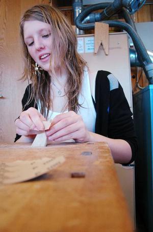 """""""Jag har velat göra en egen kniv jättelänge. Jag hade sett fram emot det här"""", säger Theresé Ottosson."""