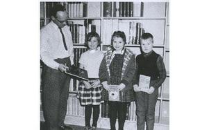 Unga boklånare i Orsas nya bibliotek 196. Bibliotekarie Torsten Holmer och Lisskkulla Hammarström, Gudrun Jakobsson och Anders Britte.