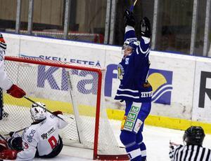 matchvinnare. Niklas Zetterström jublar efter 3–2-målet i tredje perioden –  ett 30597a1d25432