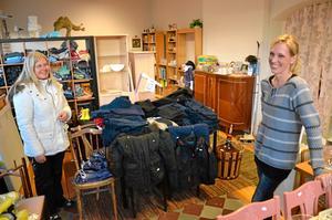 Tornados butik. På Storgatan I Fjugesta driver Maria Engstedt(till höger) en loppisbutik med utrensade saker från flyttstädningar. Vinsten går till barn i Fjugesta. Linnea Andersson är kund.