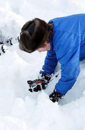 Joel Styffe testar en transceiver, den tar emot signaler från lavinsändare och är ett mycket bra hjälpmedel för att hitta människor under snön.