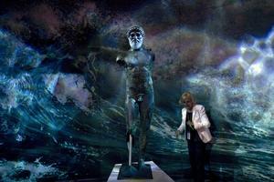 Man vet aldrig när det kan vara bra att ha lite klassisk bildning. Här är havsguden Poseidon up to date: en 2500 år gammal bronsstaty av honom  i Atens arkeologiska museum.