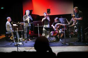 Rituell musik. Gruppen Ritualia gjorde en av sina första konserter i går. Från vänster: Mattias Risberg, Fredrik Ljungkvist, Lisa Rydberg, Leo Svensson, Jon Fält och Jan Levander.
