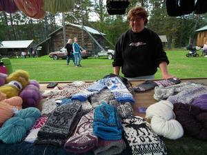 Inger Jacobsson från Meåfors har hantverk som intresse och mjölkkor som försörjning och har kurser i hur man tar hand om ull.
