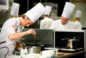 Ju fler kockar...Filip Fastén och hans konkurrenter förbereder rätterna.