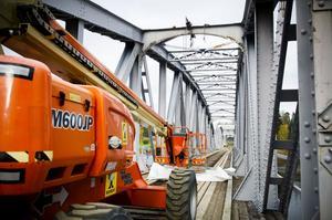 Ombyggnaden av järnvägsbron i Segersta är ett omfattande arbete. Den beräknas pågå till i augusti nästa år.