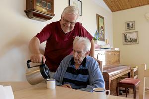 PÅTÅR. Bo Rudolfsson (KD) serverar Leif Dahlgren kaffe efter lunchen.