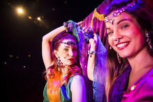 Några nummer är ren show, bland annat New Dehli-temat där Emilie Zackrisson och Marit Eriksson har huvudroller.
