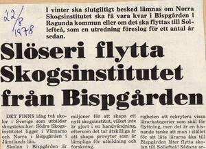 Slöseri att flytta skolan, löd rubriken 1978. Slöseriet fortgår om anläggningen inte kan användas på ett bra sätt.         Dåvarande samordnaren Anders Jönsson och institutets prefekt Lars-Otto Hopfgarten var glada över Mitthögskolans flytt till Bispgården 1996, men lyckan blev kortvarig, Foto: Yngve Holmbergh.