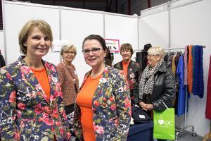 Mässarrangörerna Pia Brunell Hansson och Laila Fridh, från Uppsala, framför dammodebutiken Sigma Fashions monter där Rose-Marie Johansson tittar vad Gunvor Lebzien och butiksägaren Eva Eriksson har att erbjuda.