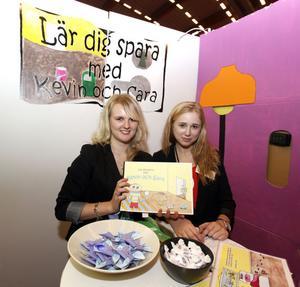Evelina Höglund och Cecilia Skalk, två av fem från UF-företaget Smarta Drag UF. Eleverna går på Polhemsskolan TED3 (Teknik Design årskurs 3) i Gävle.