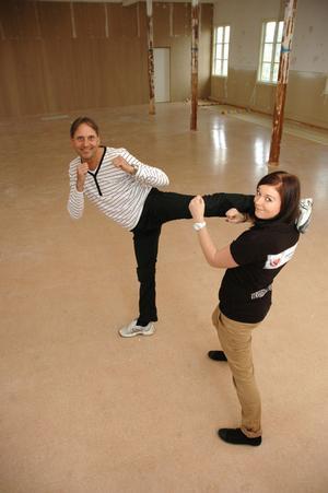 KAMPSPORT. På övervåningen ska Dan Tibring erbjuda kurser i självförsvar, boxning och thaiboxning. Här får Birgitta Clarke, ordförande i Ungdomsnätverket, en omgång.
