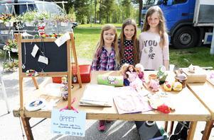 Tjejerna Isabelle Hultdin, Emma Lundgren och Tova Nyberg hade fyllt ett bord med loppisgrejer. Intäkterna ska skänkas till välgörenhet.