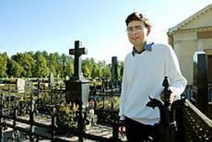 Foto: LARS WIGERTStort allmänintresse. Just nu pågår en omfattande inventering avkyrkogårdarna i Gävle och Sandviken. Daniel Olsson är en av antikvariernasom dokumenterar gravstenarnas berättelser.- Det finns ett stor intresse hos allmänheten, säger han.Bilden är tagen på Gamla kyrkogården i Gävle.
