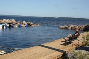 Bedårande vackert. Håkan Argander spanar ut över en idyll, och den nya bryggan som ger fler platser för  båtarna.