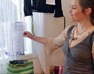 Mari Runsvik Nordstrand visar sin lampskärm av plastpåsar, återanvändning är en viktig del av skapandet på skolan.