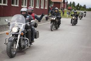 Tummen upp ger Niglus Hiluf Aboy på sitsen bakom Åke Larsson.