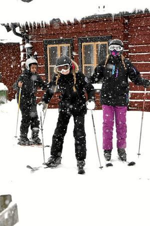 Nybörjare. Hälften av eleverna på Fröviskolan valde att åka slalom på skolans friluftsdag. För Isabella Norling var det första gången på ett par skidor men som tur var hade hon den slalomvana kompisen Meja Stjärnlöf med sig. Foto: Sofia Gustafsson