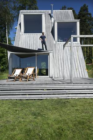 Taket och altanen binds samman i en gemensam terrass som används flitigt på sommaren.