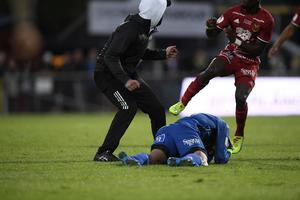 Östersunds målvakt Aly Keita överfölls och slogs ned av en åskådare (tv) som sprang in på planen under måndagens allsvenska fotbollsmatch mellan Jönköping Södra IF och Östersunds FK på Stadsparksvallen.