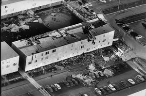 Vallby dagen efter. VLT-fotografen Tage Berggren fångade förödelsen på Vallby från luften där åtta tak blåste av eller slets sönder under stormnatten.