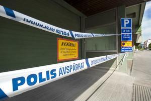 Polisen spärrade av platsen för teknisk undersökning. Provsvaren från SKL, Statens kriminaltekniska laboratorium, i Linköping lär dock dröja någon vecka.