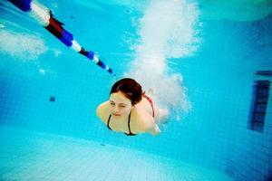 Signe Paulsson dyker ner i vattnet.    Foto: Henrik Flygare
