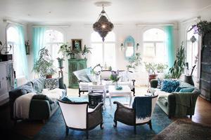 Gamla auktionsfynd varvas med växter, tyger och inredningsdetaljer från väldens alla hörn i det stora vardagsrummet.