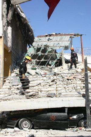 I resterna av en skola i Port-au-Prince försöker räddningsarbetare hitta överlevande.Foto: Tomas Härenstam/TT