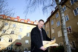 """kritisk. Torbjörn Lindstedt, byggnadsantikvarie på Västmanlands länsmuseum kunde av en slump stoppa för stora balkonger på det gamla huset """"Helvetet"""" på Lidmansvägen. Huset är ritat av förre stadsarkitekten Erik Hahr och är skyddsvärt. Lindstedt varnar för """"de små förändringarnas tyranni"""" i stadsbilden i en tid när politiker blir fartblinda."""