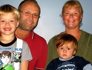 Anders Kullman och Susanne Johansson tillsammans med barnen Philip och Daniel.