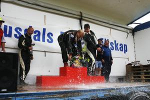 Christer Nilsson, Sandvikens MK, fick sig en liten dusch vid segerpodiet. Nilsson slog banrekord för tvåhjulsdrivna bilar.