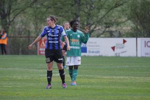 Caroline Röstlund hade fullt upp med Tabitha Chawinga i kvällens länsderby i damettan.