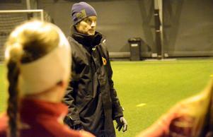 Ny tränare. I höstas satt han med under en del inomhusspel för att lära känna laget, men först nu börjar Henrik Walls nya tränaruppdrag för NPBK:s damer.