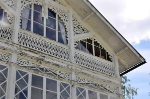 Huset har sex verandor, tre åt norr och tre åt söder.