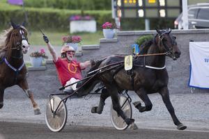 Jan Roar Mjölneröd jublar bakom sin egen 4-åring Mjölner Herkules när Derbysegern är på väg. Det var i juli i år. Nu är tävlingsprogrammet klart för hela nästa år.