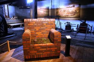 Wijs valsverk är en perfekt lokal för Ulla Viottis verk. Plats för drömmar, fåtöljen i kolbränt tegel, är en av två stolar hon skapat hon speciellt till denna utställning, som pågår till 16 augusti. I bakgrunden bilder på två av hennes utomhusverk i Skåne.