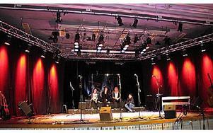 Scenen är i ordning och konserten som ska gå i kärlekens tema. Esteteleverna på Haraldsboskolan har fått sin idé med konserten på skolschemat. FOTO: ILSE BRATTLÖF