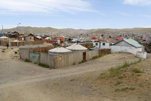 I Ulan Bators förorter står traditionella, flyttbara tält, så kallade jurtor, bredvid vanliga bostadshus.   Foto: Dmitry Chulov/Shutterstock.com