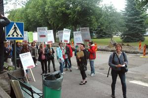 PROTEST. Så här såg det ut i somras då 30 lärare demonstrerade inför kommunfullmäktige i Tierp. På bilden anländer Jenny Lundström (MP) till mötet.
