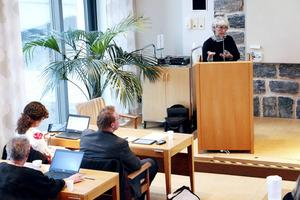Sandvikens skolchef Inger Norman talar inför ett fullmäktigemöte för några år sedan.