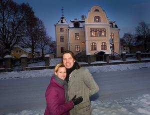 Ashlee och Pär Bolgakov utanför Villa Svea.