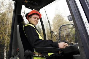 Victor Hall från Iggesund lär sig att spaka skogsmaskiner på naturbruksprogrammet.
