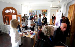 Många nyfikna hade tagit sig till tingsrätten i Norrtälje på lördagen.