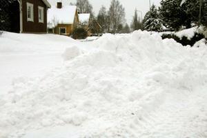 Genom att inte trycka ut snön mot vägkanterna blir gatan smalare. Man bygger bara på snökanterna, kan Lars Johansson konstatera.