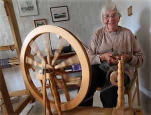 Spinnstolen fick Elsa också i 50-årspresent, och använder den flitigt än i dag.    – Jag har faktiskt hållit kurser i konsten att spinna lin ett par år också. Förr om åren då jag var mycket vid Gammelgården sådde jag också för att få lingarn, men det tog väldigt mycket tid, säger Elsa Haglund.